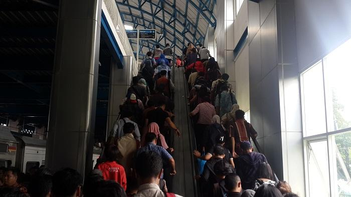 Eskalator Stasiun Palmerah Rusak, Ibu Hamil dan Lansia Kerepotan