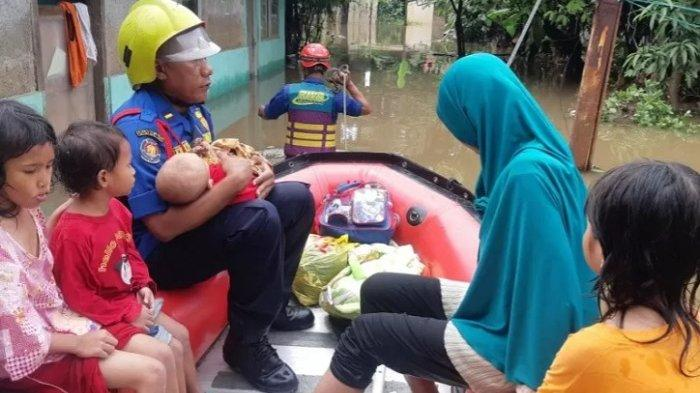 DKI Siagakan Puluhan Personel Evakuasi Damkar untuk Bantu Warga Terdampak Banjir