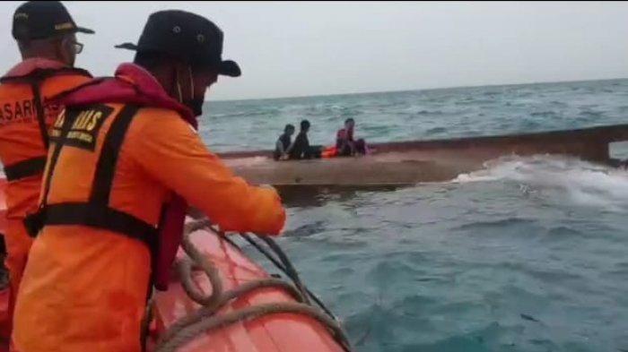evakuasi korban selamat kapal motor (KM) Elang Laut yang terbalik di perairan Kepulauan Seribu, Selasa (14/9/2021). Enam dari 10 orang berhasil diselamatkan dari peristiwa nahas itu