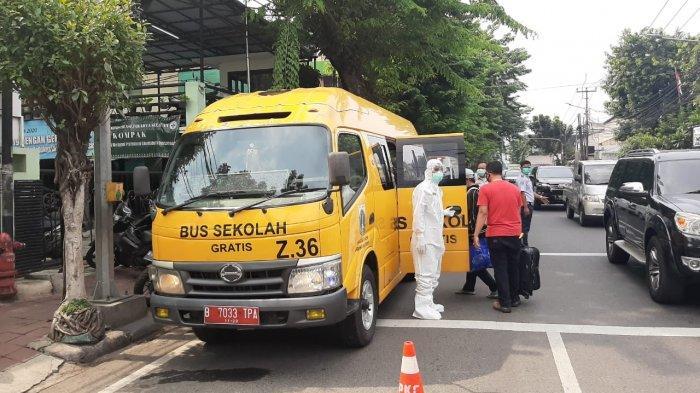 Evakuasi pasien Covid-19 menggunakan bus sekolah untuk dibawa ke RSD Wisma Atlet Kemayoran, Jakarta Pusat, Sabtu (26/9/2020).