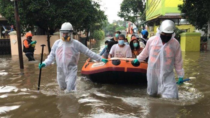 Perumahan Masnaga Bekasi Banjir, Satu Keluarga Pasien Covid-19 Dievakuasi ke Kantor RW