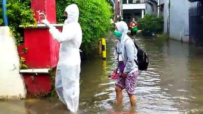 Pasutri Pasien Covid-19 Akhirnya Dievakuasi Setelah Terkepung Banjir di Rumahnya Sejak Selasa,