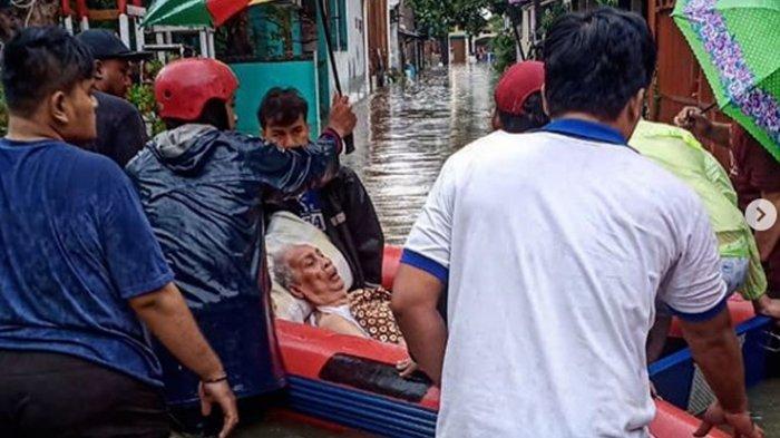 Aksi Heroik Petugas Kala Banjir Mengepung Ibu Kota, Evakuasi Kakek Hingga Warga Terkena Hipotermia