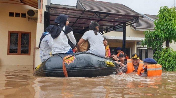Banjir di Perumahan Dukuh Bima Capai 150 Cm, Kapolres Metro Bekasi Ikut Evakuasi Warga