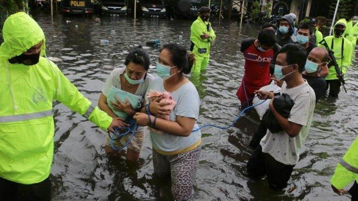Evakuasi warga saat banjir besar menerjang Semarang, Jawa Tengah beberapa saat lalu