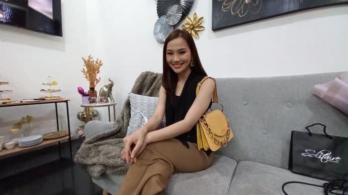 Evelina Winatama saat berbincang di kawasan Kemang, Jakarta Selatan, Minggu (19/9/2021). Evelina Winatama merasa beruntung terlibat di sinetron Ikatan Cinta dan memainkan peran Olivia yang menjadi guru Reina.