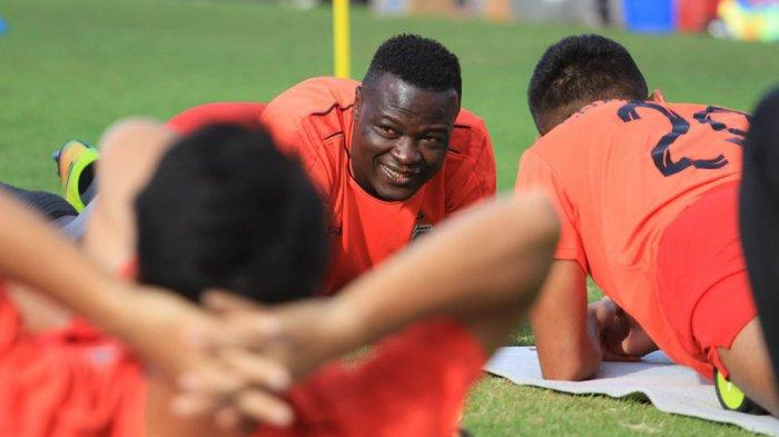 Ezechiel N'Douassel berlatih bersama rekannya di Bhayangkara FC sebelum Liga 1 ditunda lagi