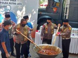 Polda Metro Bagikan Delapan Ton Rendang pada Warga Jakarta untuk Peringati Hari Raya Iduladha