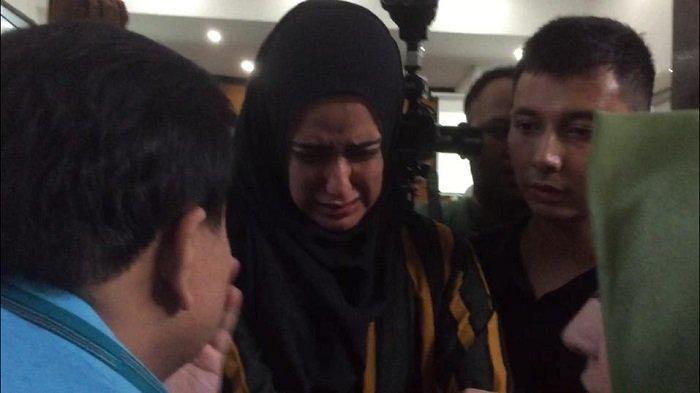 Fairuz A Rafiq Pingsan Pasca Jadi Saksi di Sidang Kasus Ikan Asin, Suasana Jadi Panik Tak Terkendali