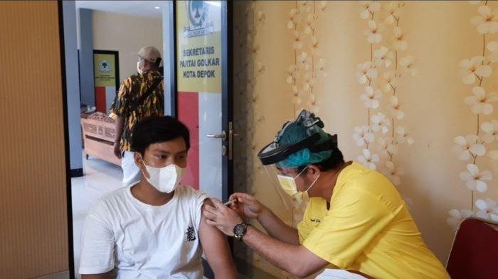 Dr Farabi A Rafiq Duet Bersama Istri Vaksinasi Covid-19 Ratusan Warga Depok, Ada yang Ditenangkan