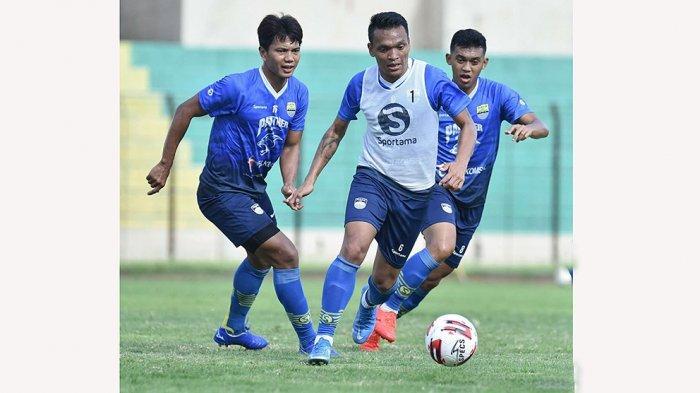 Penyerang Persib Bandung, Ferdinand Sinaga saat berlatih bersama rekannya di Piala Menpora 2021