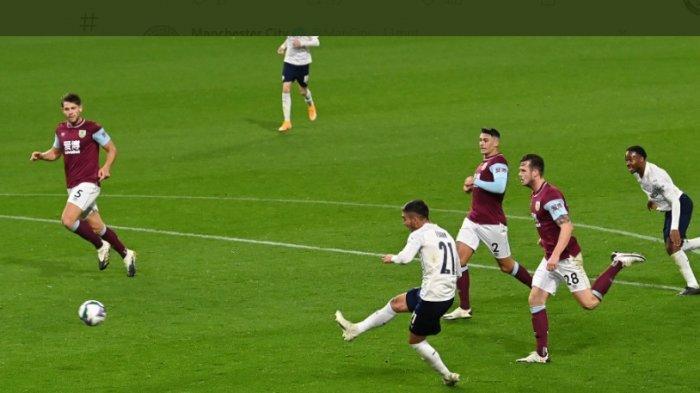 Pemain Manchester City Ferran Torres saat melakukan tendangan yang berhasil menjebol gawang Burnley.  City pun lolos ke babak 8 besar Piala Liga Inggris atau Carabao Cup