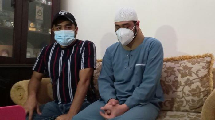 Pemain sinetron Ferry Irawan (kanan) menahan tangis di rumahnya, kawasan Jatiwaringin, Bekasi, Jawa Barat, Kamis (15/7/2021) malam. Ferry Irawan menceritakan sakit yang sudah lama dideritanya.