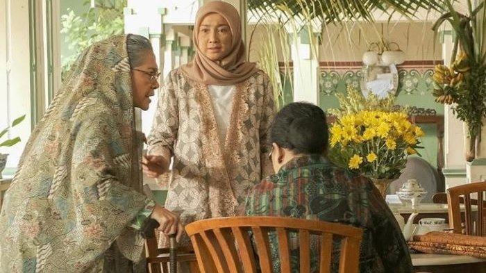 Desy Ratnasari berakting sebagai Bu Marni, istri Slamet, di film Keluarga Slamet garapan sutradara Rako Prijanto dan Falcon Pictures. Rumah produksi Falcon Pictures merilis first look film baru berjudul Keluarga Slamet, Sabtu (17/4/2021).