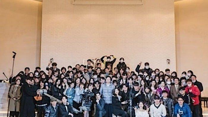 Foto bersama kru dan pemain drama korea True Beauty dapat kecaman karena tak pakai masker ditengah pandemi Covid-19