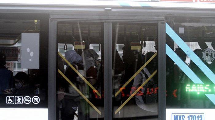 New Normal, Penumpang Transjakarta Kembali Berdesakan untuk Rebutan Tempat Duduk