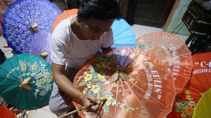 BERITA FOTO: Pesanan Payung di Sentra Payung Geulis Tasikmalaya Tak Pernah Sepi