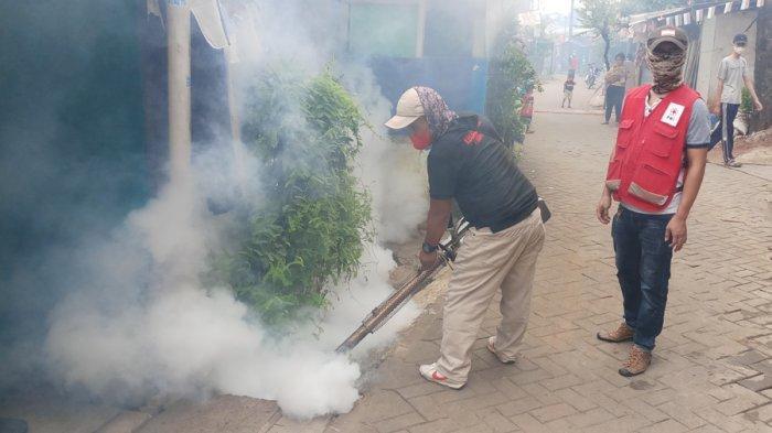 PMI Kota Tangerang Gelar Penyuluhan Gerakan 3M Plus dan Fogging Nyamuk DBD di Kawasan Cimone
