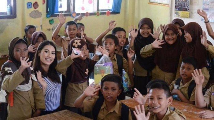 Frederika Alexis Cull saat mendatangi sekolah dasar di kawasan terdampak tsunami di Pantai Pesisir Desa Kuntjir, Rajabasa, Lampung Selatan, 15 Januari 2019.