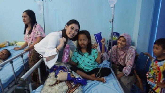 Frederika Alexis Cull ketika mendatangi sekolah di kawasan terdampak tsunami di Pantai Pesisir Desa Kuntjir, Rajabasa, Lampung Selatan, 15 Januari 2019.