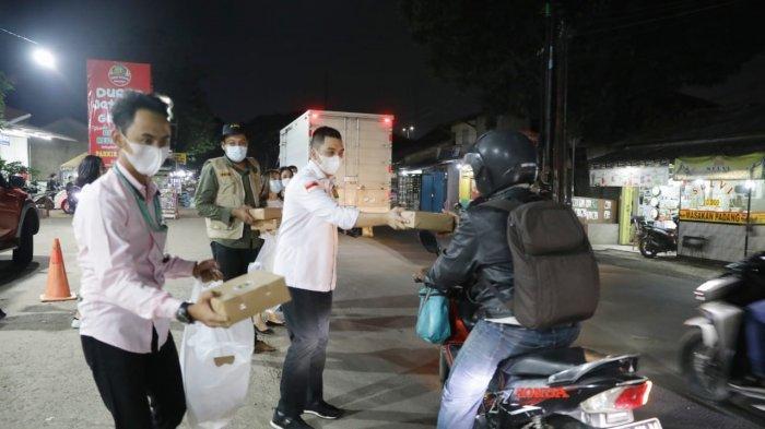 Hibur Warga Bekasi yang Tak Bisa Pulang Kampung, Kader PPP Ajak Makan Nasi Kotak Bareng