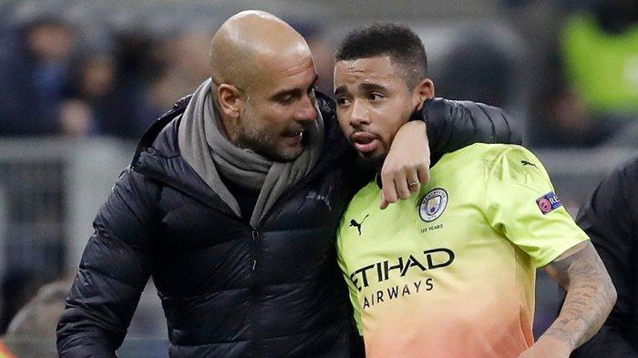 Pep Guardiola memberikan arahan ke Gabriel Jesus di laga Liga Premier musim lalu