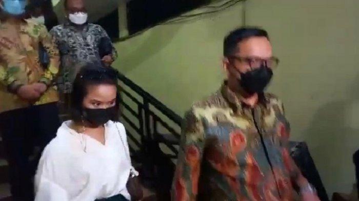 Pesinetron Gabriella Larasati datang ke Mapolres Metro Jakarta Barat didampingi kuasa hukumnya Kamis (18/3/2021) terkait kasus video asusila.
