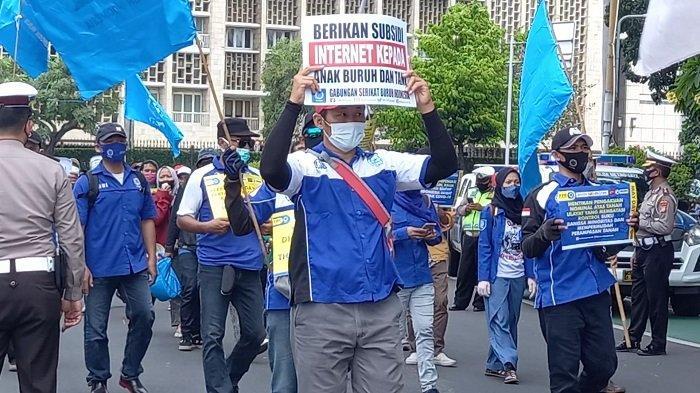 Massa buruh tergabung dalam Gabungan Serikat Buruh Indonesia (GSBI), kini berdemo di depan Patung Kuda Monas, Gambir, Jakarta Pusat, Sabtu (1/4/2021).