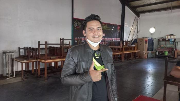 Pemain sinetron Galih Ginanjar di kawasan Mampang Prapatan, Jakarta Selatan, Senin (23/8/2021). Galih Ginanjar menangis saat mengungkapkan rasa rindunya pada anaknya yang kini ikut bersama Fairuz A Rafiq, mantan istrinya.