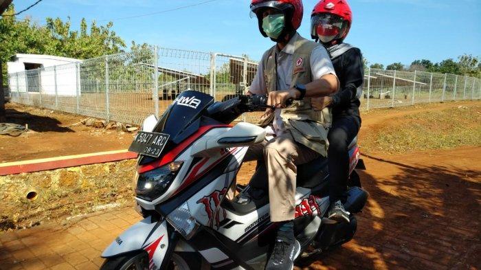 Untuk mengunjungi sejumlah tempat di Pulau Parang itu, Ganjar menaiki sepeda motor bersama istrinya, Siti Atikoh, .