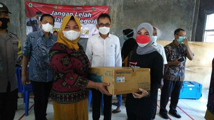 Siti Atikoh, istri Gubernur Jawa Tengah Ganjar Pranowo, menyerahkan bantuan secara simbolis kepada perwakilan warga Pulau Parang, Kecamatan Karimunjawa,  Kabupaten Jepara, Jawa Tengah, Jumat (10/9/2021).
