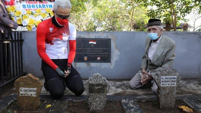 Gubernur Jawa Tengah Ganjar Pranowo berziarah ke makam Soegiarin di kompleks pemakaman umum Bergota Kota Semarang, Sabtu (14/8/2021) pagi. Soegiarin adalah seorang jurnalis di masa penjajahan, yang menyebarkan berita kemerdekaan Republik Indonesia menggunakan morse ke seluruh dunia.