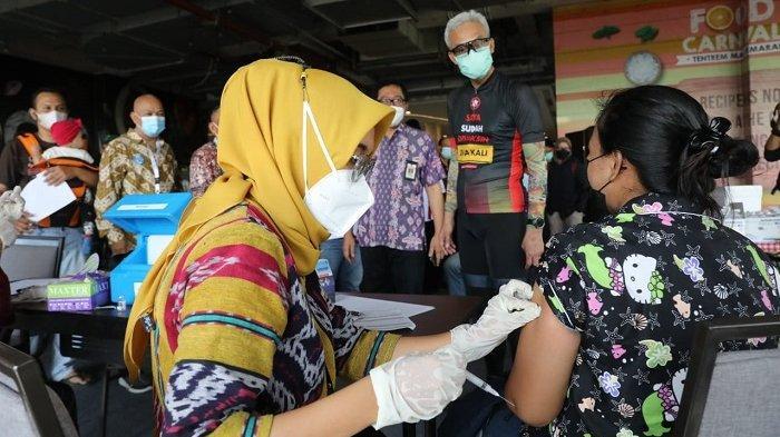 Ganjar Respon Positif Usulan Pedagang Mi dan Bakso Terkait Stiker Vaksin