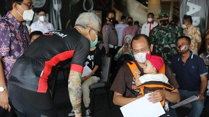 Gubernur Jawa Tengah Ganjar Pranowo saat meninjau sentra vaksinasi yang digelar oleh Paguyuban Pedagang Mi dan Bakso (Papmiso) Indonesia di Mal Tentrem Semarang, Selasa (14/9/2021).
