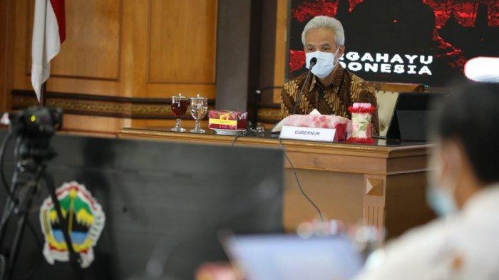 Gubernur Jawa Tengah Ganjar Pranowo menghadiri rakor evaluasi PPKM Darurat di Jateng dan DIY yang dipimpin Menko Marves Luhut Binsar Pandjaitan secara virtual di kantor gubernur, Rabu (14/7/2021).