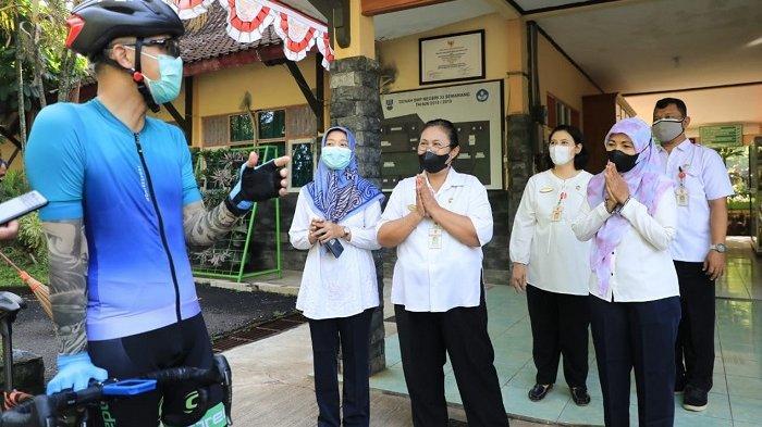 Gubernur Jawa Tengah Ganjar Pranowo saat melakukan sidak pembelajaran tatap muka (PTM) di SMPN 33 Kota Semarang, Rabu (15/9/2021).