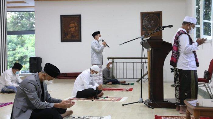 Gubernur Jawa Tengah Ganjar Pranowo menunaikan Salat Idul Adha bersama keluarga di rumah dinas Puri Gedeh, Kota Semarang, Selasa (20/7/2021).
