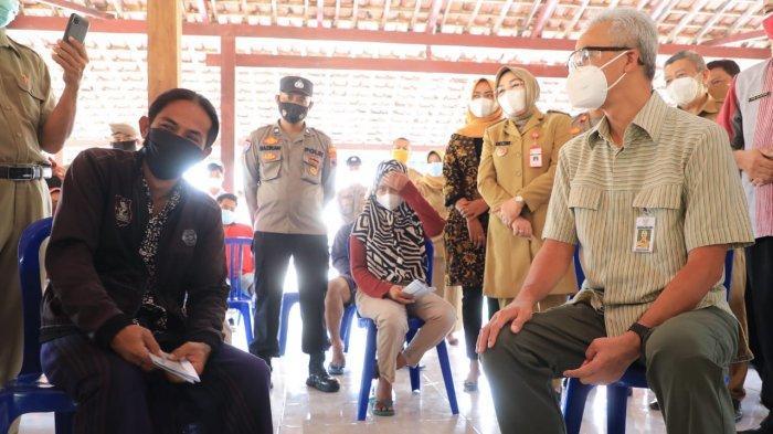 Saat Gubernur Ganjar sidak pembagian bantuan sosial tunai (BST) di Desa Panunggalan Kecamatan Pulokulon Grobogan, Selasa (3/8/2021), pria berambut panjang yang dikenal sebagai Black Rhoma itu mencurahkan isi hatinya terkait kondisi pandemi saat ini.