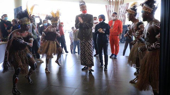 Gubernur Ganjar disambut empat pelajar asal Papua dengan tarian 'Seka' atau tarian penyambutan khas Papua saat hadir dalam puncak peringatan Hari Olahraga Nasional (Haornas) 2021 di Hotel Wujil, Kabupaten Semarang, Kamis (9/9/2021).