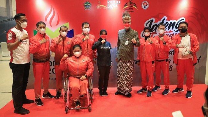 Gubernur Ganjar berfoto bersama para atlet yang akan mewakili Provinsi Jawa Tengah dalam ajang Pekan Olahraga Nasional (PON) XX di Papua, Oktober 2021 mendatang.