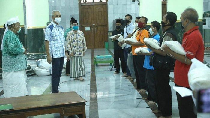 Salurkan Bantuan ke Jemaah Masjid Agung, Ganjar Ajak Warga Hidup Bersih dan Konsumsi Buah