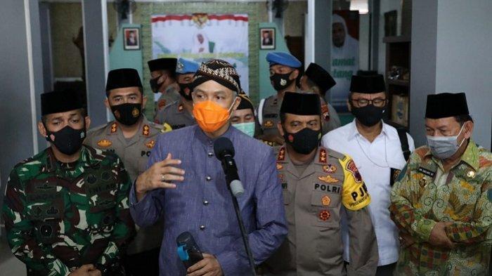 Gubernur Jawa Tengah Ganjar Pranowo memberikan keterangan usai mengajak Kapolda Jateng dan jajaran Forkompimda sowan ke kediaman Habib Luthfi bin Yahya di Pekalongan, Kamis (19/11/2020).