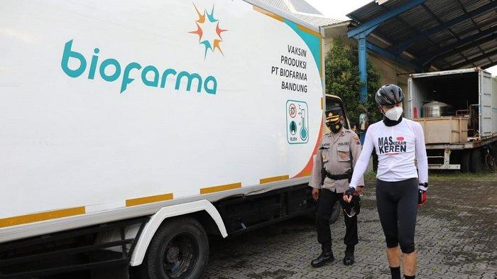 Gubernur Jawa Tengah Ganjar Pranowo mengecek vaksin Sinovac di gudang Dinas Kesehatan Pemprov Jateng di Kawasan Industri Tambakaji Semarang, Senin (4/1/2021).
