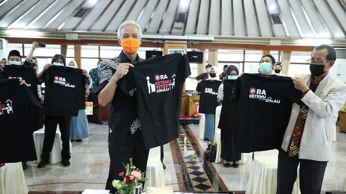 Gubernur Jawa Tengah Ganjar Pranowo berdialog dengan para guru, dalam peringatan Hari Guru Nasional di Gedung A lantai 2 kompleks kantor Gubernur Jateng, Rabu (25/11/2020).