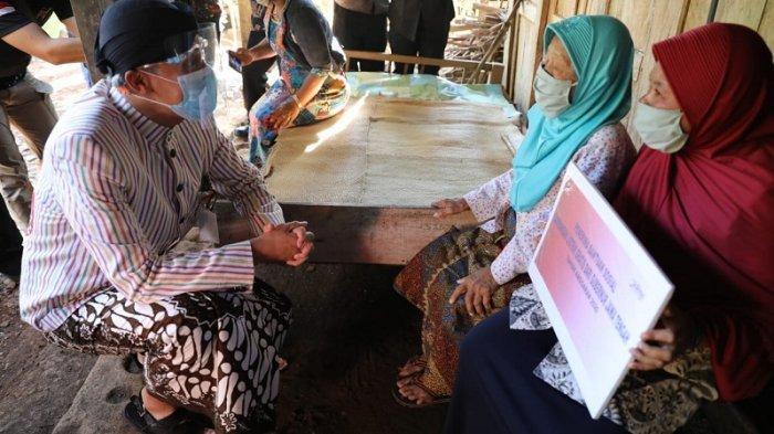Berikan Bantuan Pemasangan Listrik Gratis, Ganjar Sambangi Rumah Warga Manyaran, Wonogiri