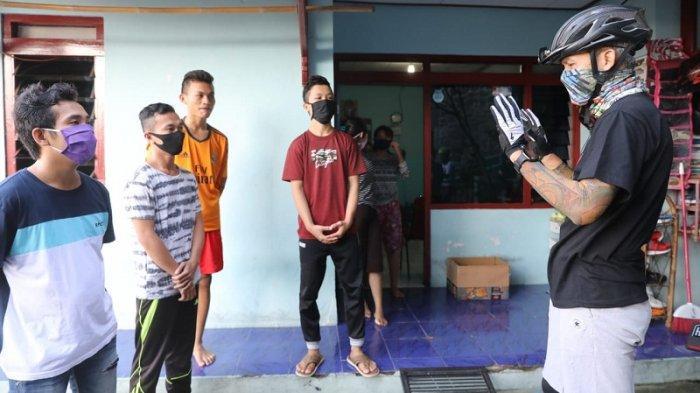 Sambangi Kos Mahasiswa dan Pelajar Nias di Semarang, Ganjar Borong Kue Lebaran