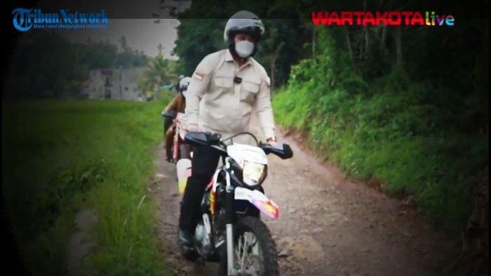 Aksi Jumping Motor Trail Ganjar Ramadhan Saat Tinjau Proyek Pembangunan Jalan di Mulyasari Cianjur