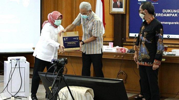 Ganjar Terima Bantuan Paket Sembako untuk Pelaku Wisata dan Ekonomi Kreatif di Jawa Tengah