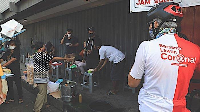 Ganjar Pranowo Tegur Warga Makan Lesehan di Pasar Dadakan Stadion Citarum: Saya Belum Selesai Bicara