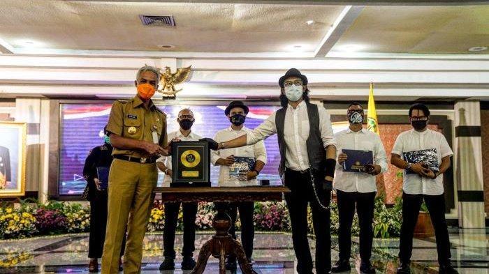 Ketua Umum Kagama Ganjar Pranowo bersama Padi Reborn usai acara penyerahan lagu Kagama Bhakti di Semarang, Jawa Tengah, Senin (22/2/2021).